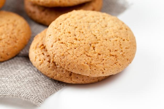 Не очень сладкое сухое и хрустящее печенье, пористое печенье, запеченное с овсяными хлопьями, овсяное печенье крупным планом, не очень калорийное