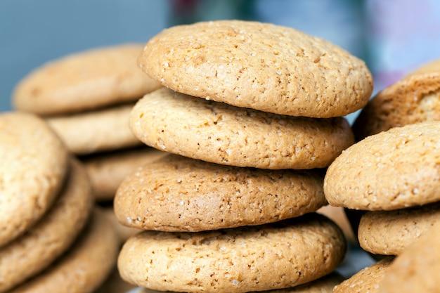아주 달지 않고 바삭바삭한 쿠키, 오트밀로 구운 다공성 쿠키, 칼로리가 높지 않은 오트밀 쿠키 클로즈업