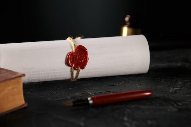 Нотариально-юридическая концепция. печать с книгой и ручкой на столе. деревянный молоток сзади.