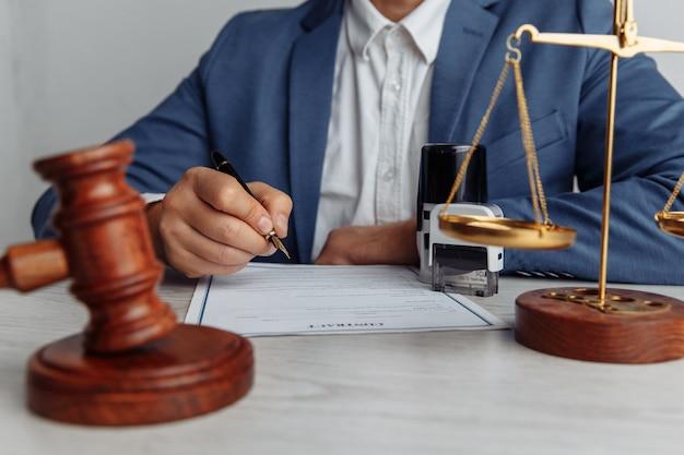 Нотариус, подписывающий документ в офисе
