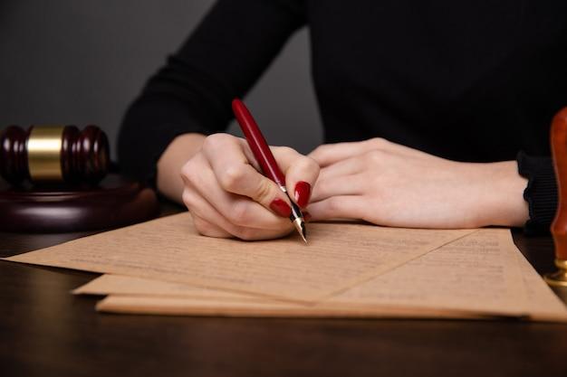 Нотариус в офисе подписывает