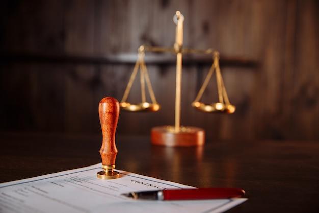 公証人の公証人のペンと契約書のスタンプ