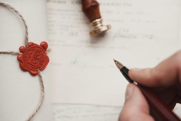 공증인의 공증인 펜과 유언장과 유언장. 공증인 도구