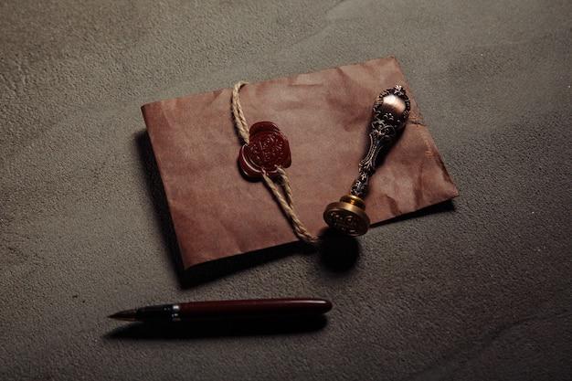 Нотариальная печать, ручка, нотариально заверенный документ на столе. понятие законности.