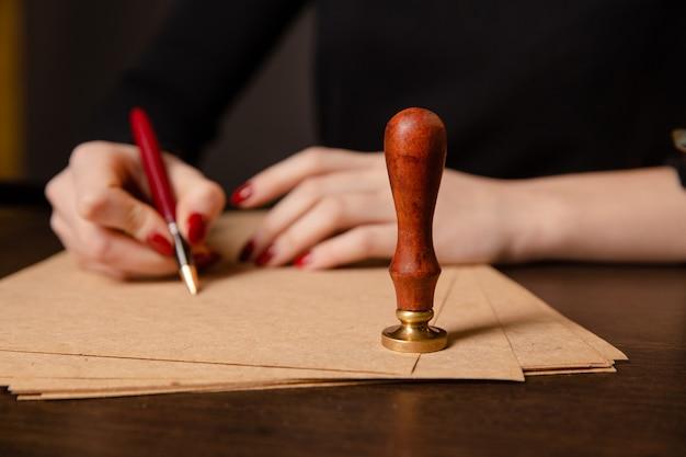 Нотариус подписывает договор с перьевой ручкой в концепции темной комнаты. ручка деловой человек адвокат адвокат нотариус