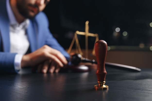 暗室のコンセプトで万年筆と契約を結ぶ公証人。ペン ビジネスマン 法律 弁護士 弁護士 公証人