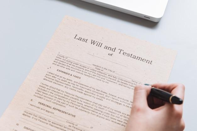 文書にペンで書いている公証人の女性。