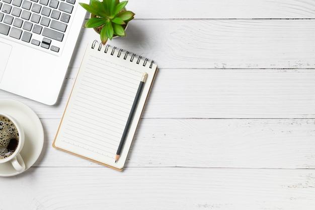 ラップトップコンピューターと白い木のコーヒーと白い木の机テーブル空白notbook