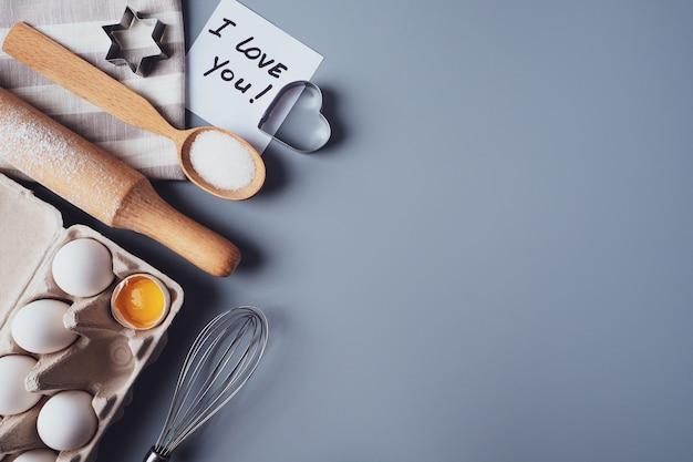 나는 당신을 사랑합니다. 회색 바탕에 수 제 쿠키를 만들기위한 재료입니다.