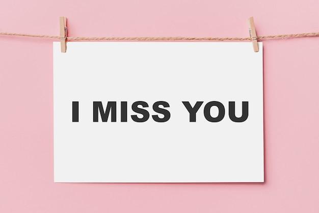 분홍색 배경, 사랑과 발렌타인 개념에 로프에 편지 핀 참고 나는 당신이 그리워요