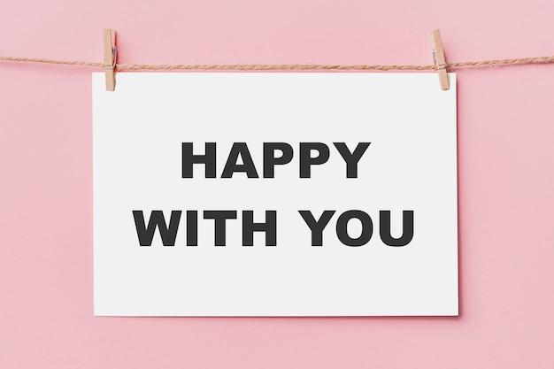 분홍색 배경, 사랑과 발렌타인 개념에 밧줄에 편지 핀을 참고 당신과 함께 행복 텍스트