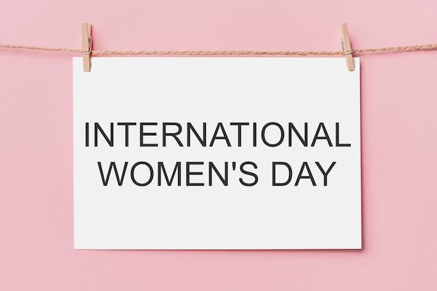 ピンクの背景、愛とバレンタインの概念とテキスト国際女性デーのロープの文字のピンに注意してください