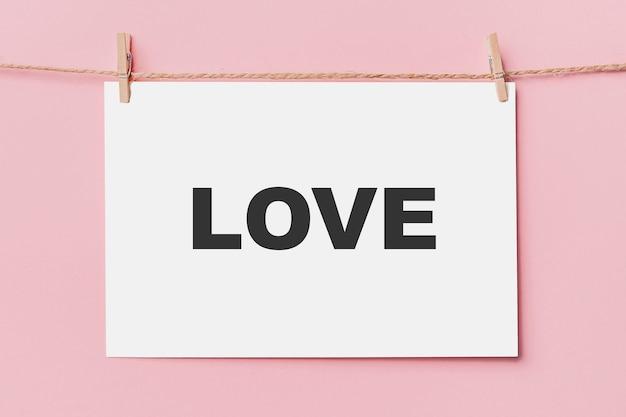분홍색 배경, 사랑과 발렌타인 개념에 밧줄에 참고 편지 핀
