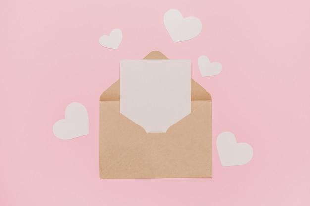 ピンクの背景、愛、バレンタインのコンセプトにハートのメモ文字