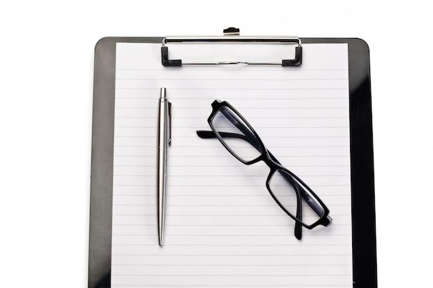 노트 패드, 펜 및 흰색 배경에 안경