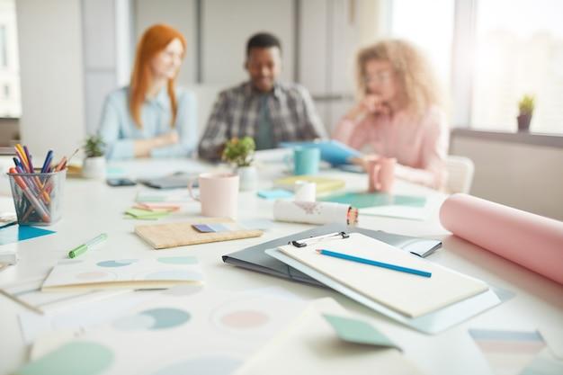 創造的なチーム、アイデアとブレーンストーミングの概念、コピースペースとテーブル上の鉛筆と事務用品のメモ帳