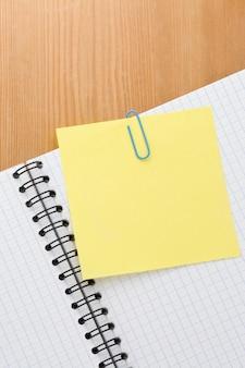 Бумага для заметок и клетчатый блокнот на деревянном столе