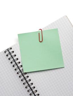 Бумага для заметок и блокнот, изолированные на белом фоне