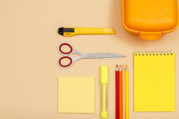 Бумага для заметок, фломастер, ножницы, цветные карандаши, нож для бумаги, коробка для завтрака и блокнот