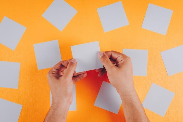 Carte per appunti nelle mani dell'uomo