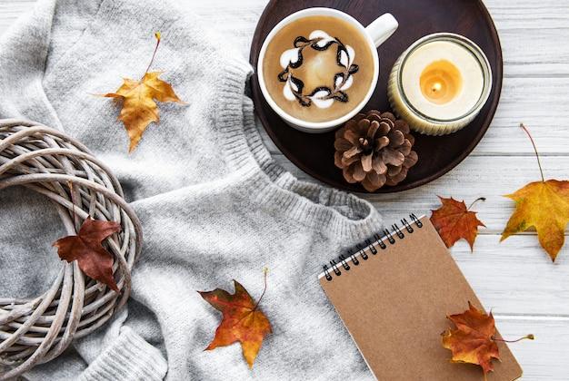 ノートとコーヒー。秋のコンセプト。