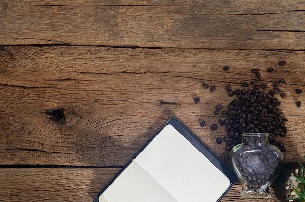 ノートとコーヒー豆はデスクトップの争いに置かれます
