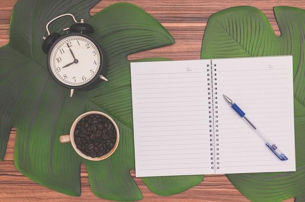 책상 위에 노트북과 커피 잔