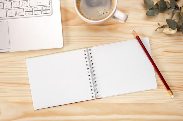 노트북과 나무 배경에 커피, 직장에 텍스트를위한 공간으로 평면도. 평면도.