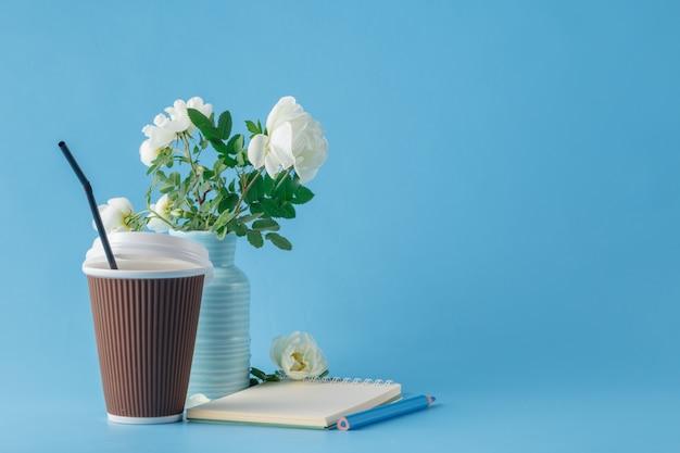 Блокнот и чашка кофе, чтобы пойти