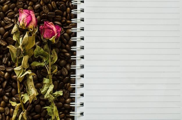 커피 빈 배경에 노트북 및 마른 장미