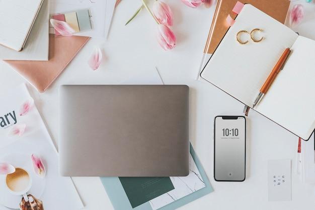 机の上のノートと携帯電話