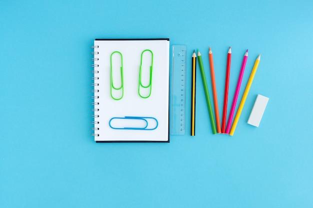 スマイリーの形のノートとペーパークリップ