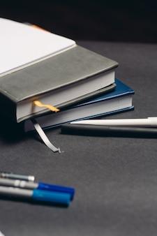 Блокнот и ручка документы офис рабочий стол серый фон