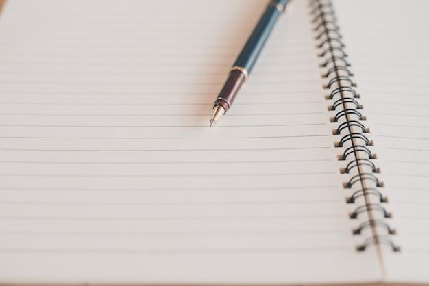 白黒で構成されたノートとペン-画像