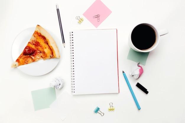 テーブルの上のノートとペン、仕事でのアイデア、作業スペース。高品質の写真