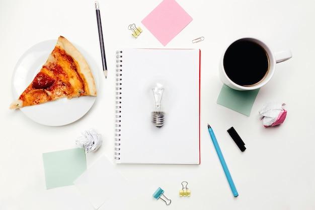 テーブルの上のノートとペン、仕事でのアイデア、作業スペース。
