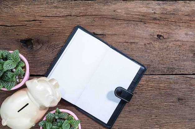 ノートと貯金箱は机の上にあります