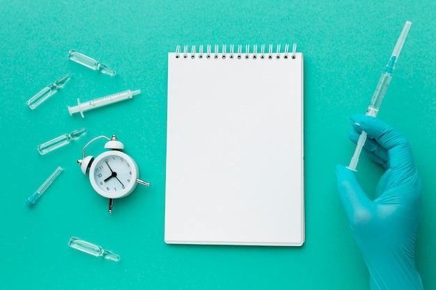 Блокнот и время для лечения шприцем