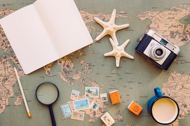 マップ上のノートブックと観光用品