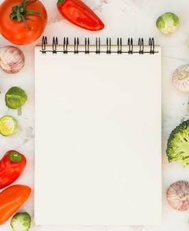 Блокнот и овощи