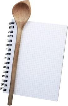 노트북과 나무 숟가락 흰색 배경에 고립