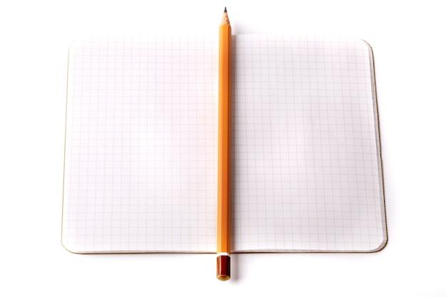 Блокнот черный карандаш, изолированные на белом фоне