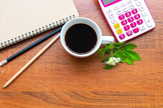 ノートブック、ビジネスとコーヒーのために計算
