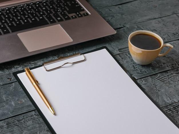 나무 테이블에 노트북, 커피, 금 펜