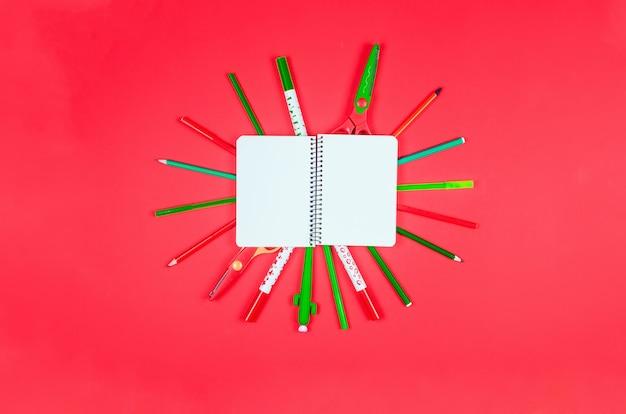 ノートブック、赤い背景の色の学用品