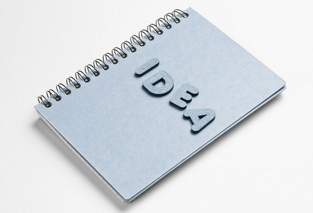 Обложка ноутбука с идеей слова на белом.