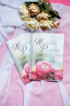 将来の新婚夫婦のためのメモのためのノート。花嫁のための結婚式のノート