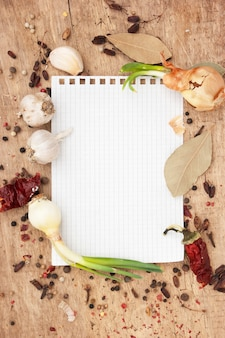レシピと古い木製のテーブルの上のスパイスのノート