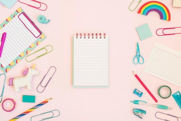 Тетрадь для текста со школьными принадлежностями