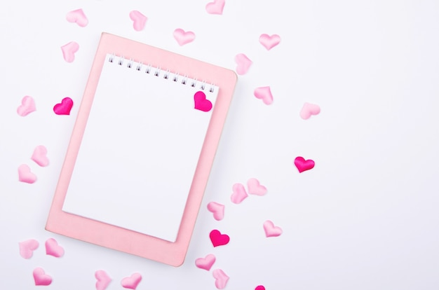 화이트에 핑크 하트와 위시리스트를위한 노트북